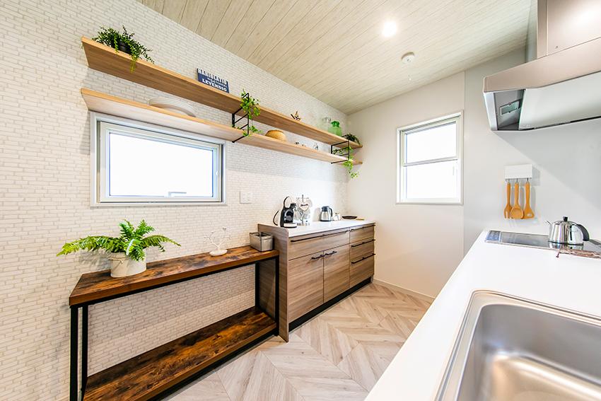 アイアン棚がかっこいいキッチンバックカウンター