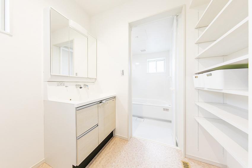 洗面所には、タオル類等が収納できる可動棚もついています。