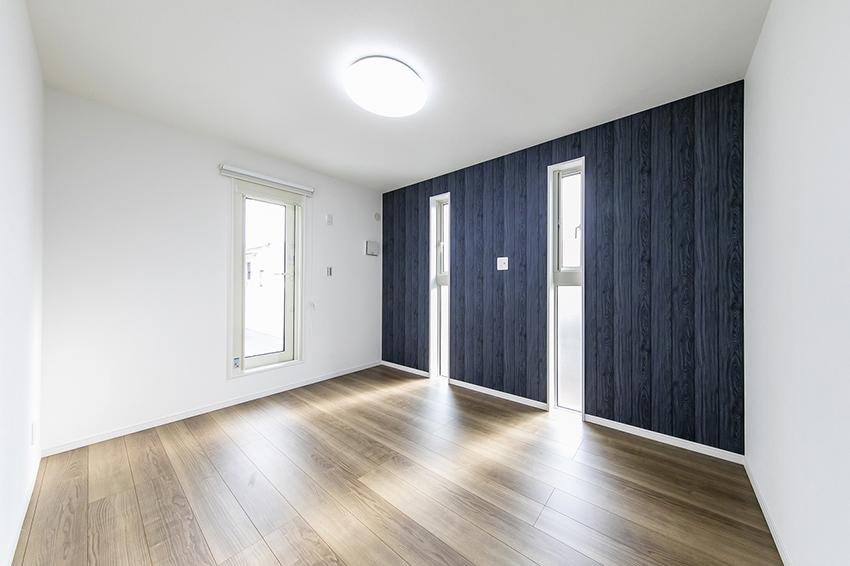 2階主寝室は、壁の一面だけを貼り分けてオシャレに!