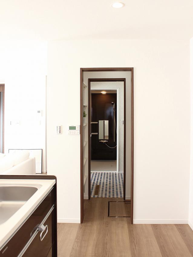 キッチン横にウォークスルー型のパントリーがあり、そのまま洗面所へ・・・回遊式の間取りだから、家事楽です!!