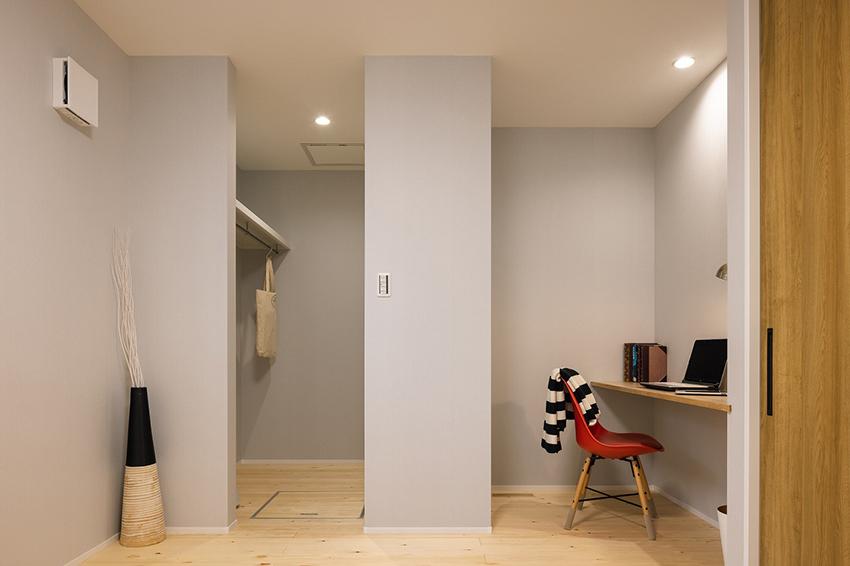 主寝室の2面式のクローゼットとワークスペース